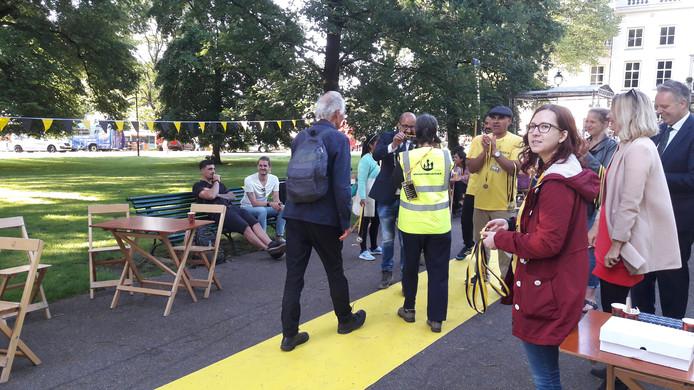 Burgemeester Ahmed Marcouch van Arnhem ontvangt de deelnemers aan de Nacht van de Vluchteling.