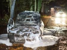 Auto brandt uit in buitengebied bij Overasselt