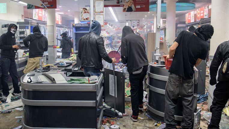 Plunderaars slaan vrijdag tijdens de G20 toe in het Hamburgse Schanzenviertel. Beeld getty