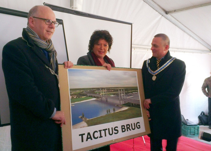 Burgemeester Van Eert van Beuningen, Joke Cuperus van Rijkswaterstaat en waarnemend burgemeester Metz van Overbetuwe onthullen de nieuwe naam van de brug.