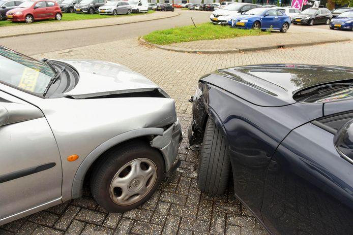 Twee auto's kwamen in botsing op parkeerterrein de Blokhoeve in Nieuwegein.