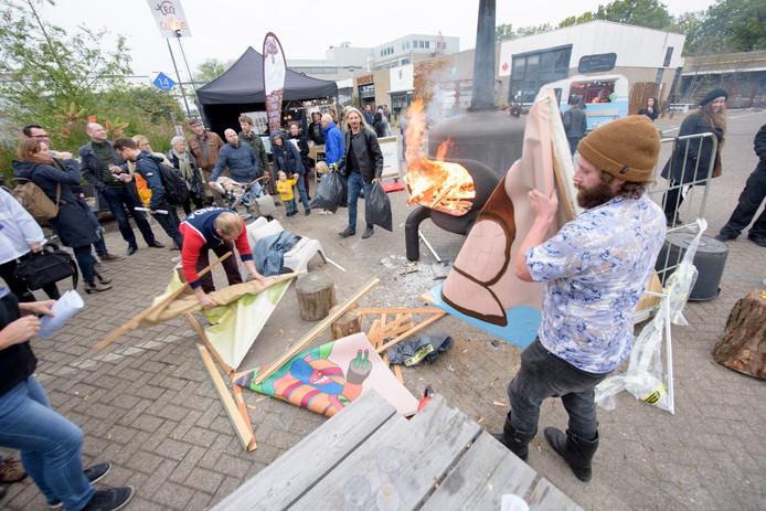 Tijdens het slotweekend van de DDW werden op Sectie C door de stichting Onterfd Goed tientallen schilderijen verbrand als statement.