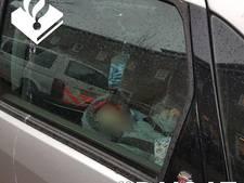 Politie bevrijdt kind uit auto