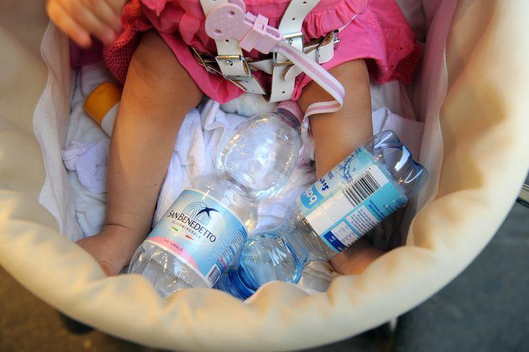 Flessen water in een kinderwagen in Firenze.
