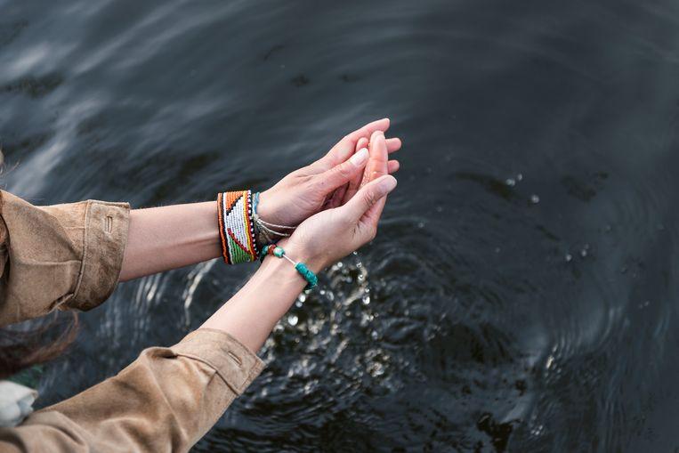 Universitair docent en onderzoeker Li An Phoa trekt als een nomade de wereld over voor haar project: drinkbaar water. Met studenten doet ze allerlei metingen in rivieren. In Delft toont ze hoe zo een meting in zijn werking gaat tijdens een workshop met kinderen.  Beeld Eva Faché