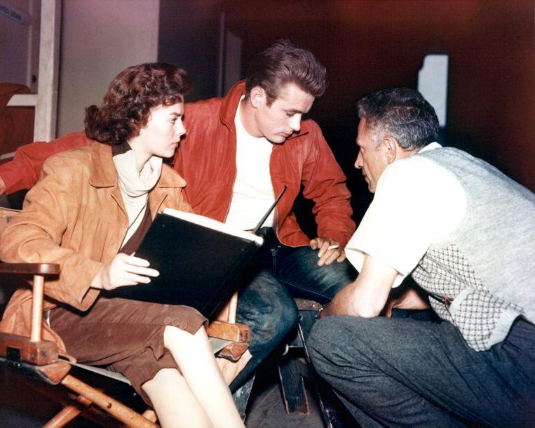 Natalie Wood (1938-1981), James Dean (1931-1955) en regisseur Nicholas Ray (1911-1979) op de set van 'Rebel Without a Cause', 1955.  Beeld Getty Images