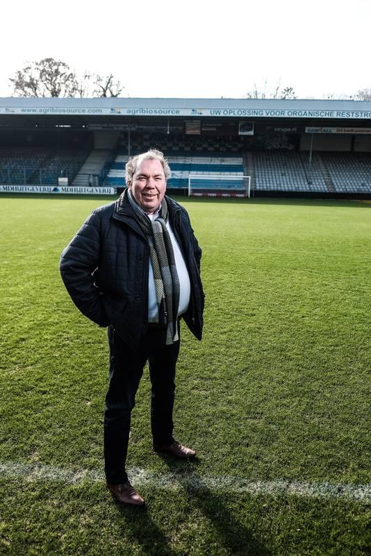 Hans Martijn Ostendorp op het veld van stadion De Vijverberg.