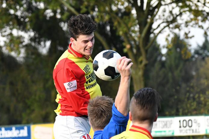 Charlie van der Hulst kopt de bal in het bekerduel tegen Terschuurse Boys.