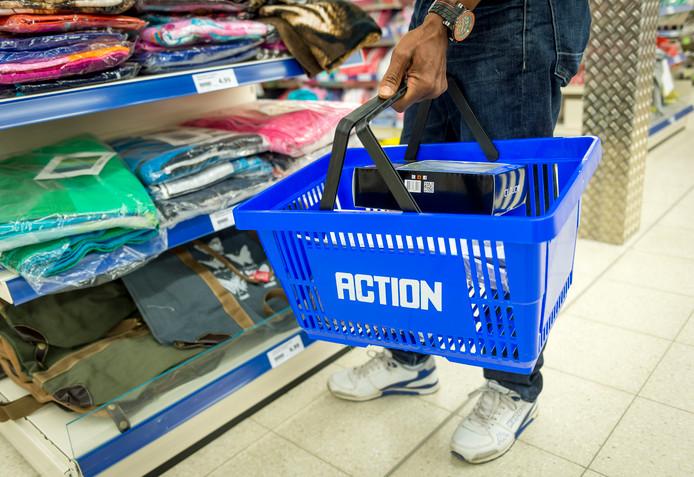 Een klant doet boodschappen bij de winkelketen Action.