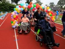 Ren je rot in je rolstoel op de atletiekbaan in Hulst