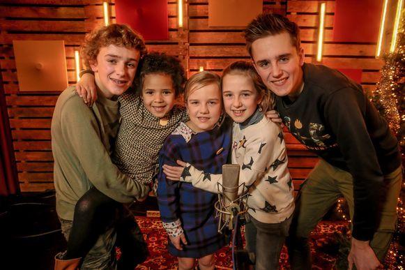 Neel, Fee, Sterre en Freek met hun vijfde zusje Noes (tweede van links).