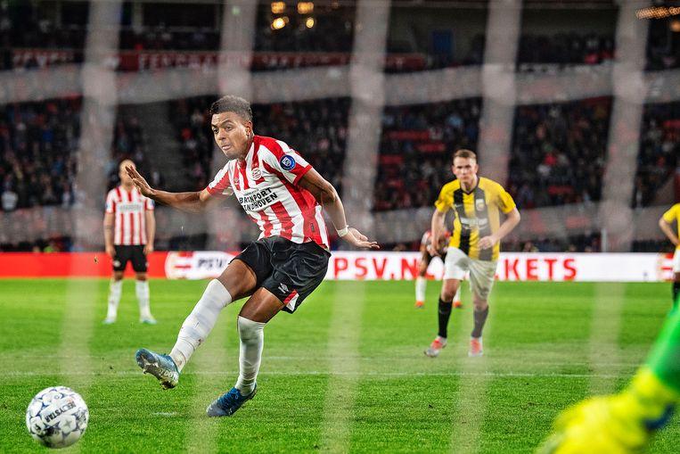 Donyell Malen schiet ijskoud zijn eerste penalty binnen. Het was zijn vierde treffer tegen Vitesse.  Beeld Guus Dubbelman
