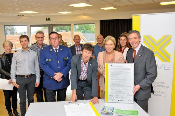 Politiekorpschef Patrick Truyens, burgemeester Dirk Claes, Mobiliteitsschepen Christel Hendrix en Koen Van Wonterghem van de Ouders van Verongelukte Kinderen tekenden het charter.
