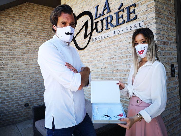 Chef Angelo Rosseel en personeelslid Anouk poseren met de mondmaskers van Kamagurka aan La Durée in Izegem.