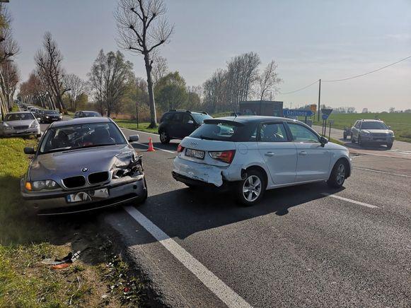 De twee bestuurders werden gewond overgebracht naar het ziekenhuis.