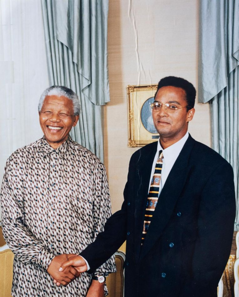 Met Nelson Mandela, wiens geboortedag vandaag wordt herdacht Beeld Privéarchief Sizwe Abrahams