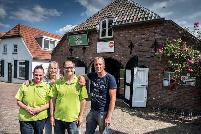 Corien Hofland en Ariën Fuijksloot in hun groene werkshirts, met Petra van der Linden en haar man Gerard Rike.