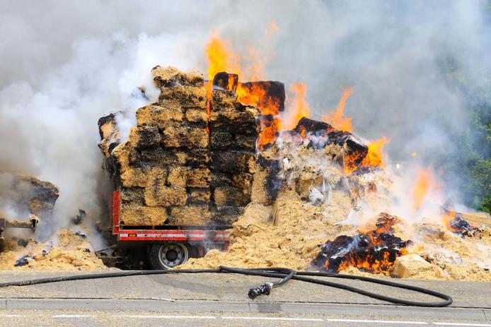 Een vrachtwagen met hooibalen staat zaterdagmiddag in brand bij Ommel.