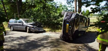Auto op de kant bij botsing in Aalten