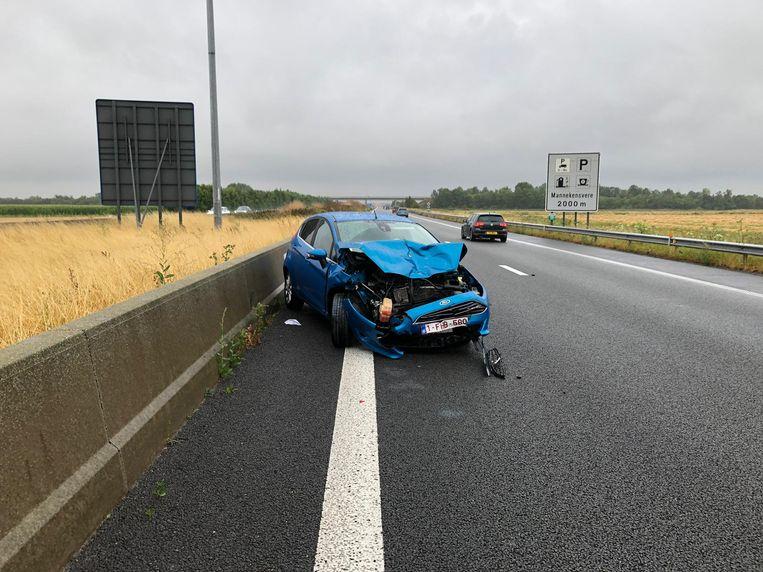 De Ford Fiesta kwam zwaar beschadigd tot stilstand op de linkerrijstrook, met de neus in de verkeerde richting.