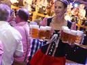 Pullen bier, lange tafels, Duitse muziek. Geffen kan het allemaal verwachten tijdens het Oktoberfest, net zoals op deze foto uit Liempde.
