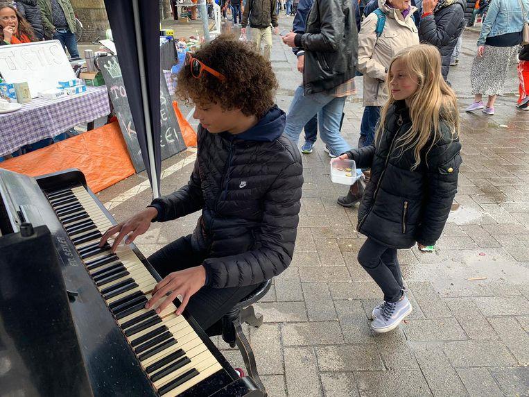 Op de Westerstraat maken Pepijn (15) en zijn zusje Charlie (9) al de hele dag muziek. Beeld David Hielkema