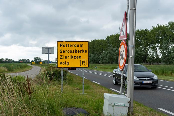 Langs de N57 tussen Burgh-Haamstede en Serooskerke staat rij aan gele omleidingsborden al klaar om de weg af te sluiten voor het maaiwerk