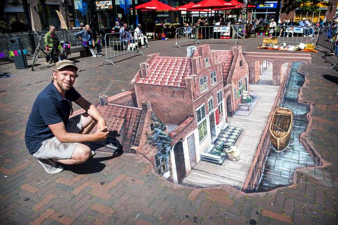 Kunstenaar Leon Keer maakte in Delft een 3D-tekening op straat van het Straatje van Vermeer.