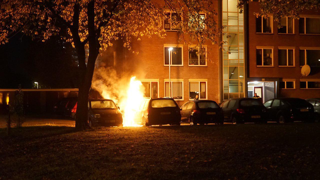 De eerste autobrand van vrijdagnacht in de Havezatelaan.