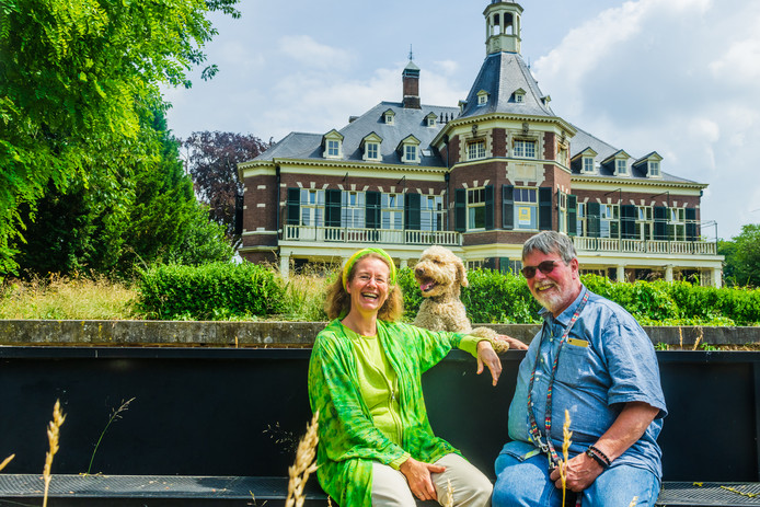 Bestuurleden Alexandra Buijsman en Hildebrand Lievegoed van de vereniging Azarias Buurtontwikkeling bij landgoed Veldheim Zeist.