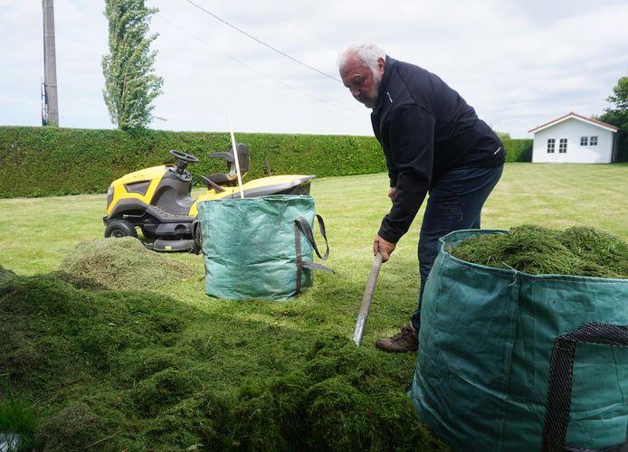 Jean-Marie Dedecker klust wat in zijn tuin in afwachting van de resultaten