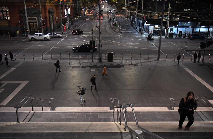Des centaines de milliers d'habitants de Melbourne doivent rester chez eux après une recrudescence du virus