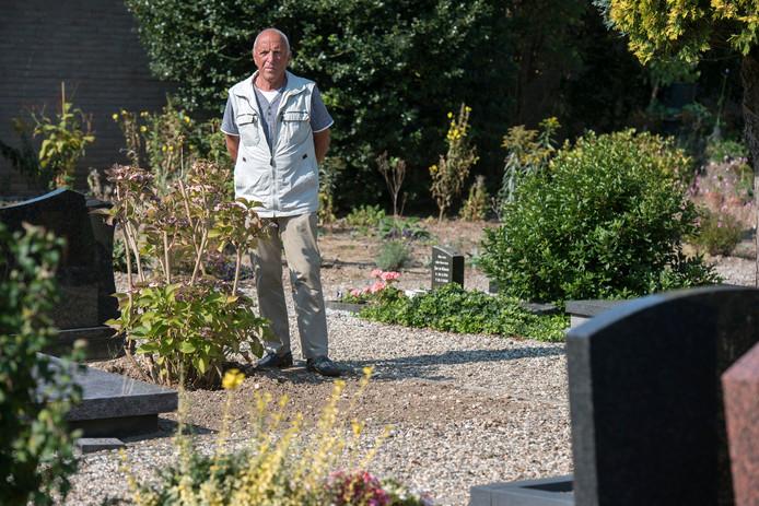 Jan Pelgrim bij het graf van zijn moeder.