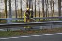 Een beginnende bermbrand langs de snelweg.