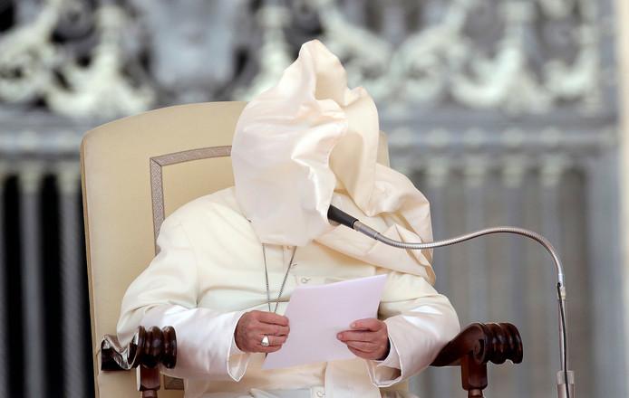 Een windvlaag blaast de mantel van paus Franciscus in zijn  gezicht. Foto Max Rossi