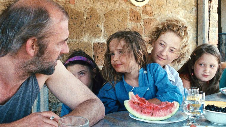Vader Wolfgang (Sam Louwyck) en moeder Angelica (Alba Rohrwacher) en drie van hun kinderen in de film Le Meraviglie. Beeld null