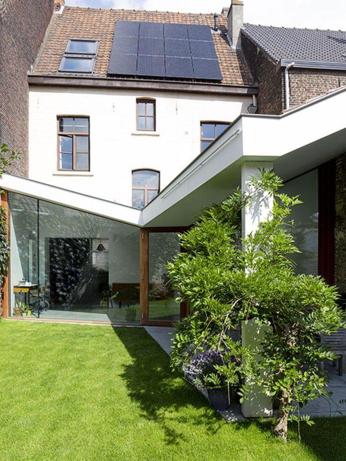 De absolute blikvanger van de renovatiewoning is het gevleugeld dak van de aanbouw.