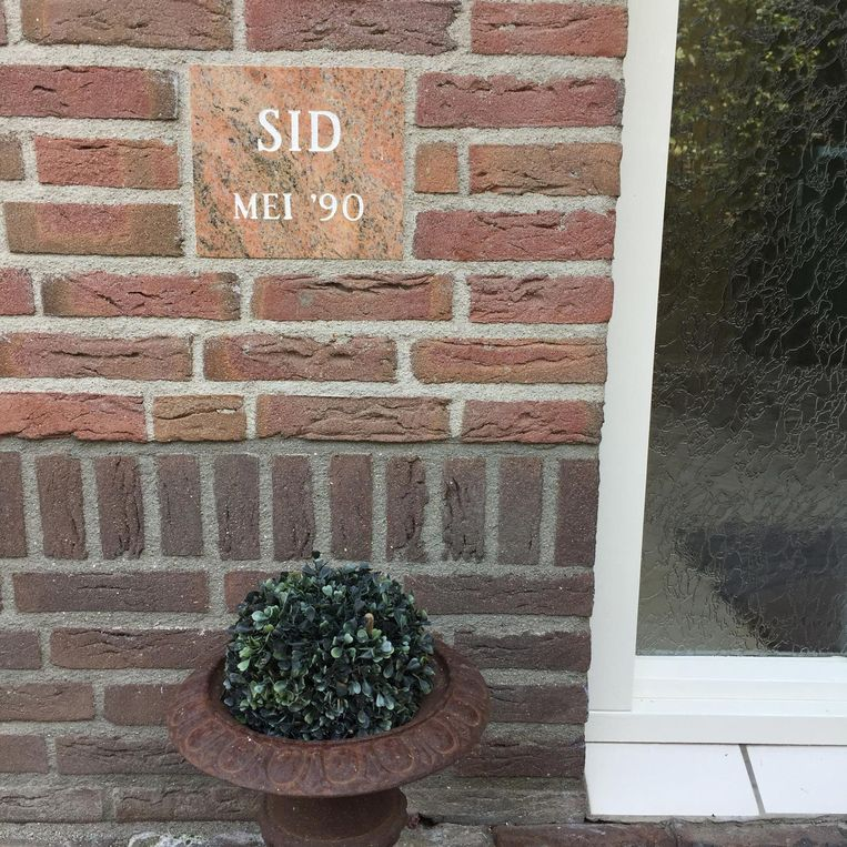De eerste steen die Sid Lukkassen legde in zijn ouderlijke huis toen hij 3 jaar was. Beeld