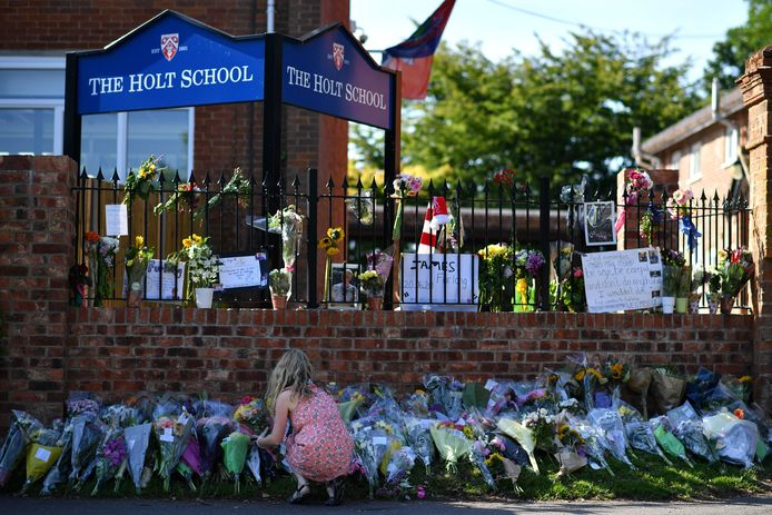 Bloemen bij de school waar James Furlong, een van de drie slachtoffers, werkte als leraar.