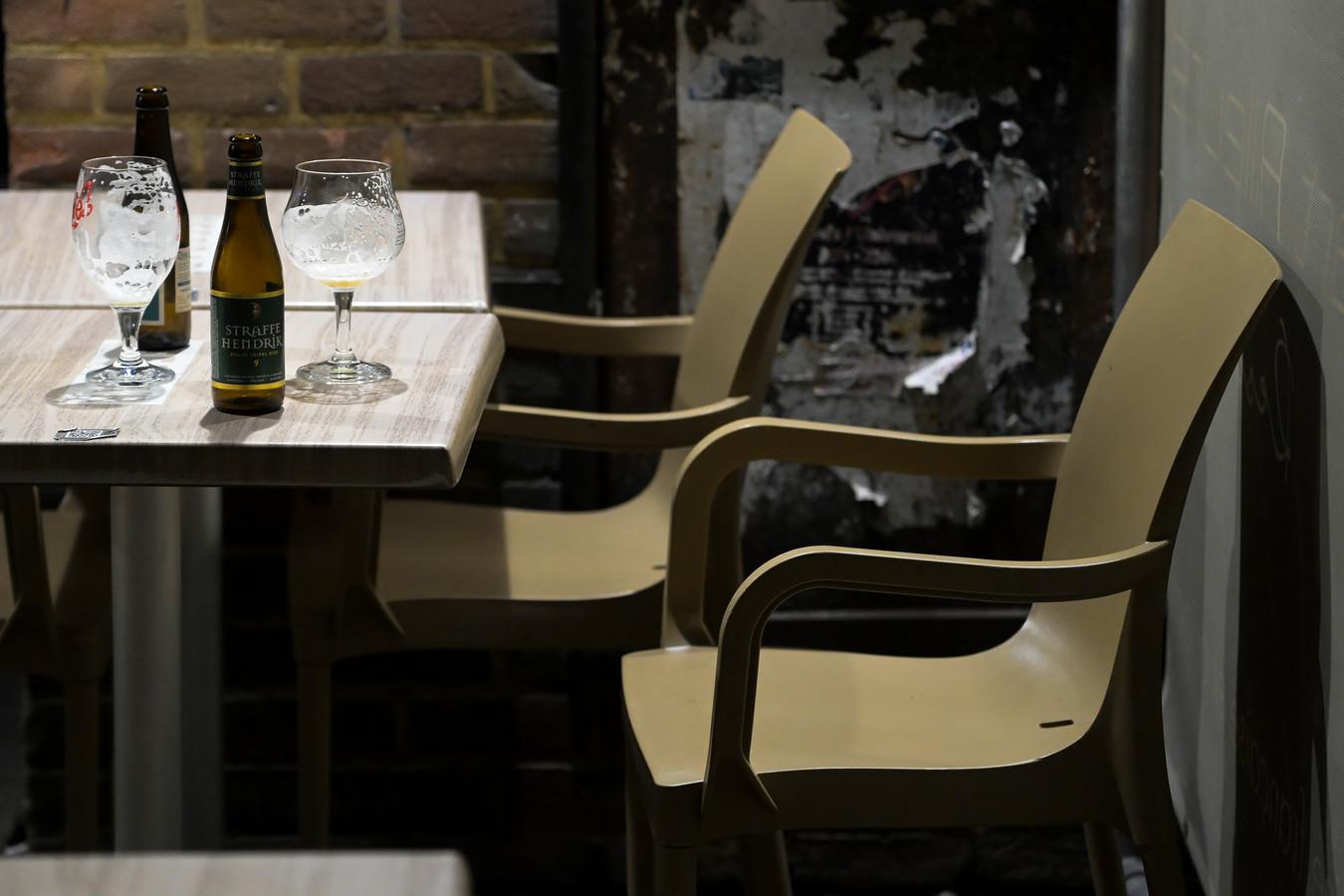 Een verlaten bar in Louvain-la-Neuve. Vorige week dinsdag stelde de provincie Waals-Brabant een avondklok in tussen 1 en 6 uur 's ochtends. Vanaf maandag zal het hele land tussen middernacht en 5 uur verlaten zijn. Om feesten buiten de horeca te vermijden. Net daar wringt het schoentje.
