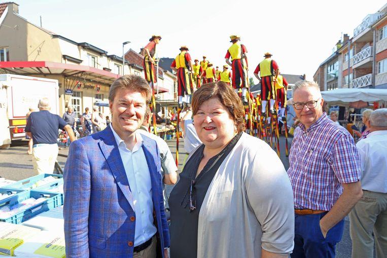 Minister Sven Gatz met kandidaat-burgemeester Maggie De Block en huidig burgemeester Eddie De Block (achtergrond).