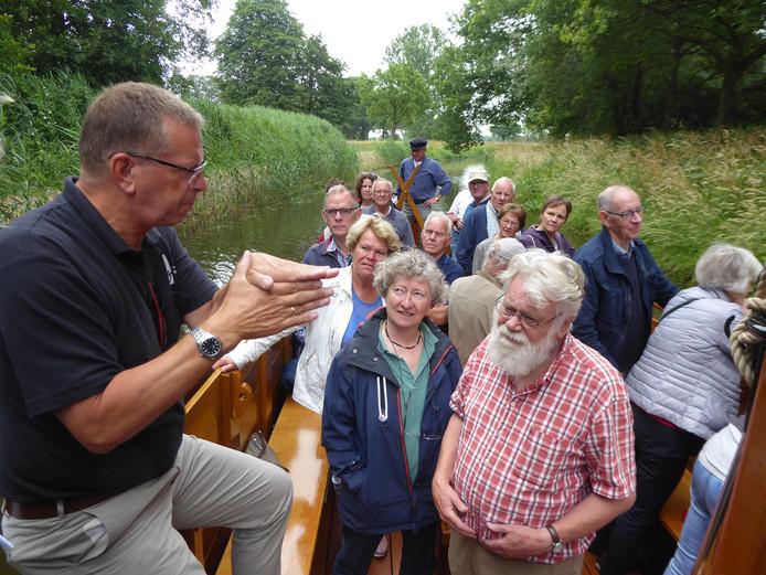 Gerdrik Bruins van Waterschap Vechtstromen legt uit waarom rivier De Regge een andere loop en vorm krijgt. 'Bredere oevers om beter het water kunnen opvangen'.