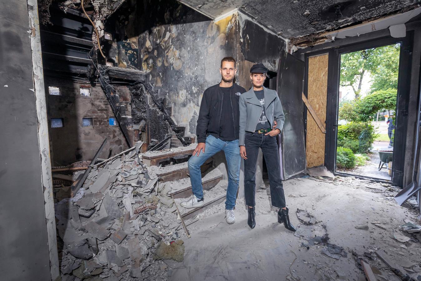 Martijn van Dijk en Céline van Amstel in hun droomwoning in Schiedam die door een brand werd verwoest.
