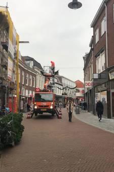 Leuk! De lichtjes en kerstversiering worden weer opgehangen in de Woerdense binnenstad