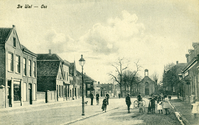 Het Walplein ongeveer vijftig jaar voor de komst van V&D naar Oss. In 1915 stond op deze plek een protestants kerkje in het groen, met daarnaast een grote pastorie.