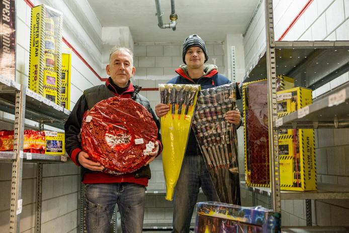 Harold Esman (links) en medewerker Michel Moerkerken, nu nog tussen de dummy's, maar straks ligt deze bunker vol met vuurwerk.