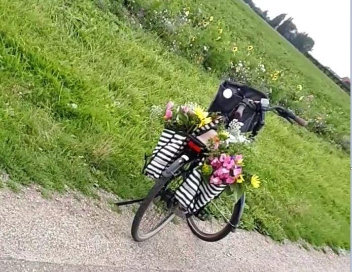 De fietsmanden zijn volgepropt met gepikte bloemen.