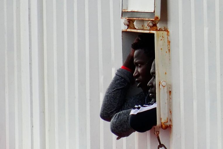 Een migrant op het reddingsschip Ocean Viking.