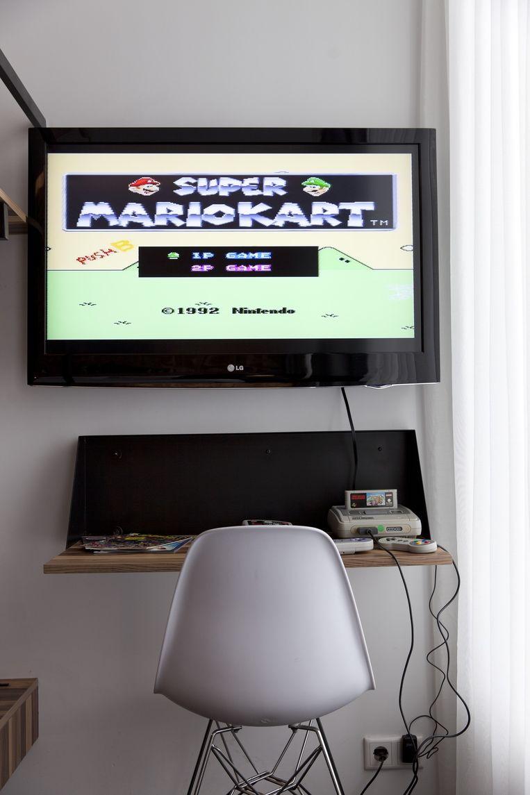 In de gamekamers staan retrogame-consoles, zoals de SNES van Nintendo uit 1991. De uitbater belooft tenminste tien verschillende games per consiole Beeld Roy Del Vecchio