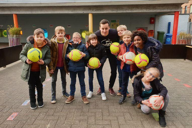 Enkele leerlingen van De Bloesem met Martijn Debbaut van De Heldentoer.